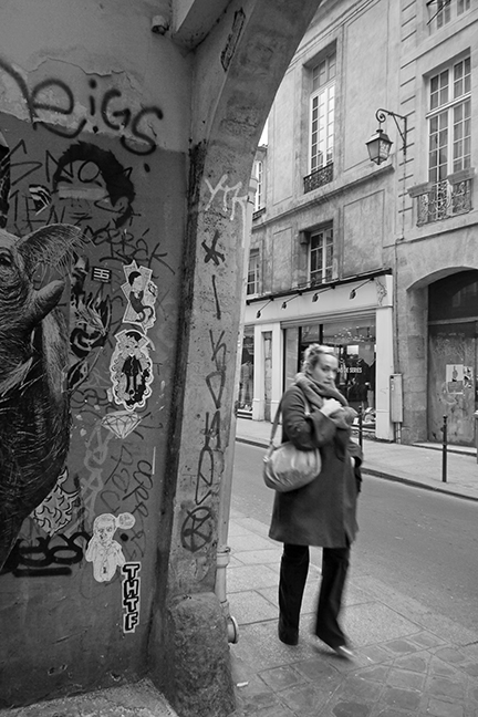 Fille au graffitti 1100316 BW BLOG