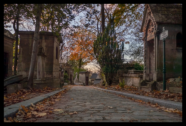 Grounds at sunset Père Lachaise 1230248 BLOG